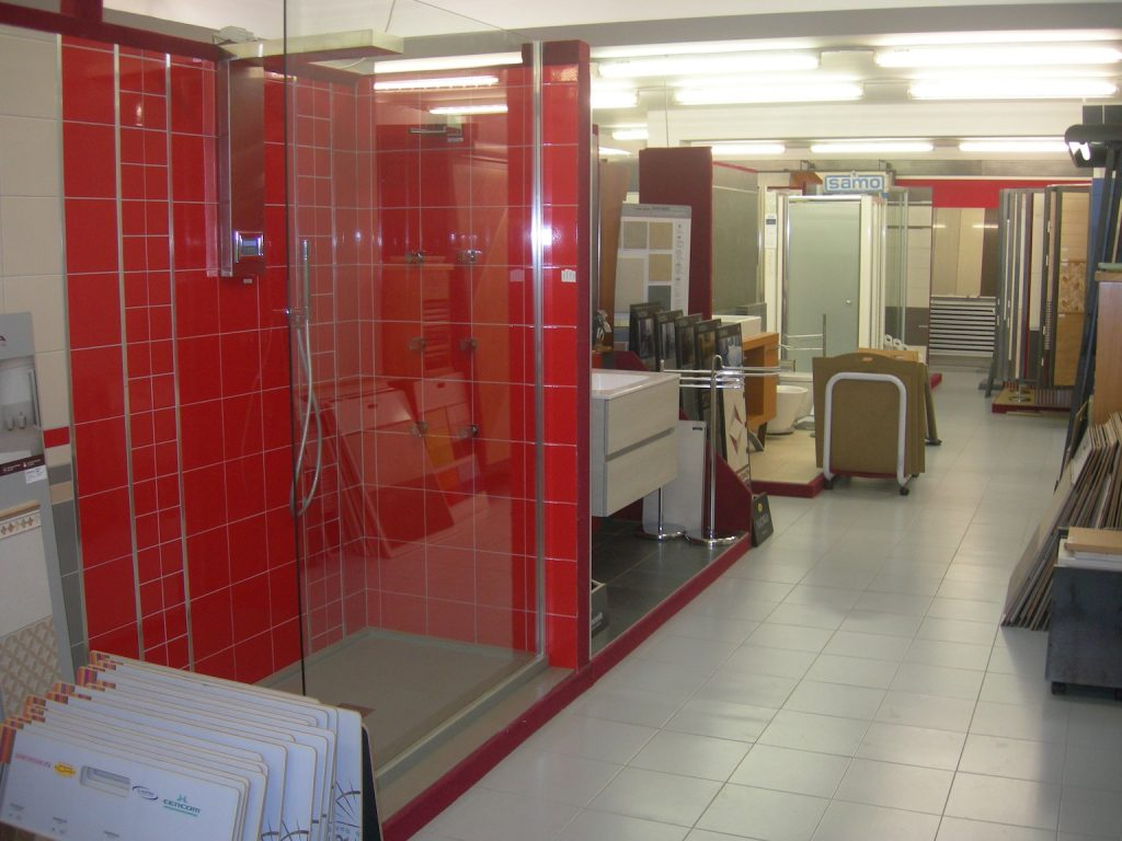 Bagno con mosaico rosso idee per l arredamento di un - Grossisti costumi da bagno ...