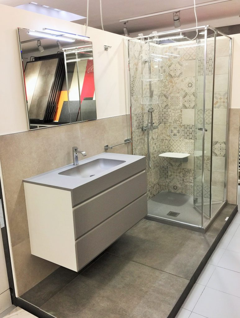 Rivestimento bagno altezza piastrelle idee di design per la casa - Altezza rivestimenti bagno ...